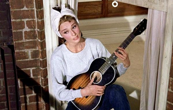 """Η Audrey Hepburn, ως Holly Golightly, ως Dorian Leigh Parker, δηλαδή, τραγουδώντας το """"Moon River"""" στο """"Πρόγευμα στο Τίφανις""""."""